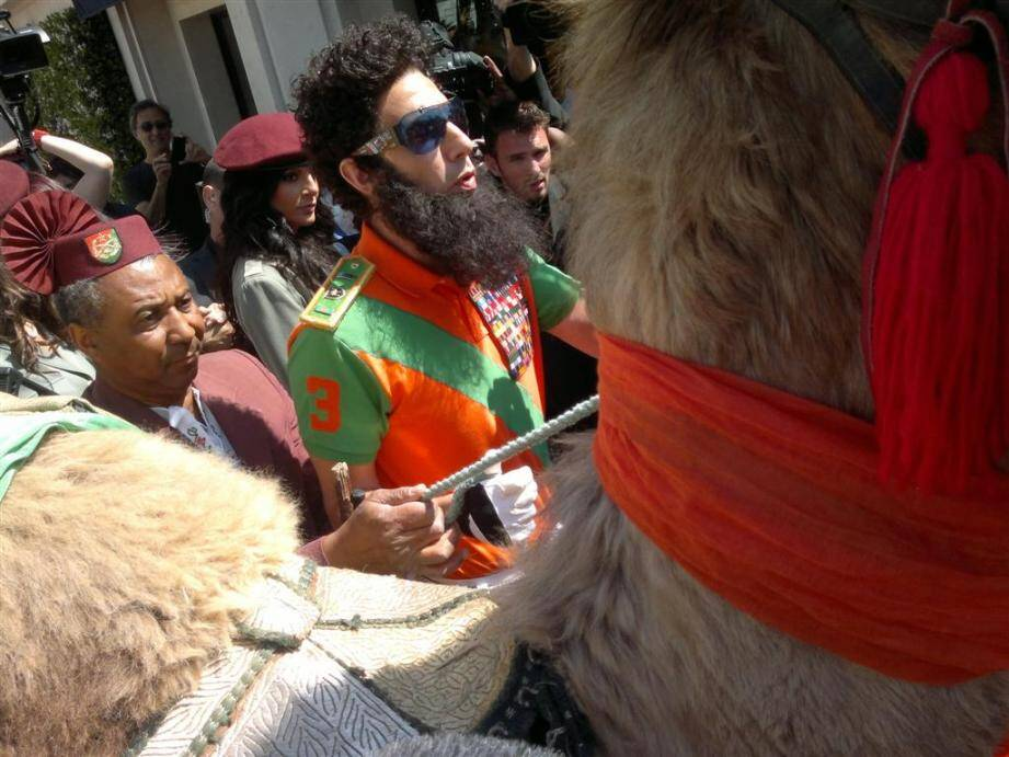 """Shopping en chameau, hommage à """"l'inaction"""" du conseil de sécurité de l'ONU... Le comédien """"no limit"""" Sacha Baron Cohen s'est livré ce mercredi matin à un énorme happening sur la Croisette."""