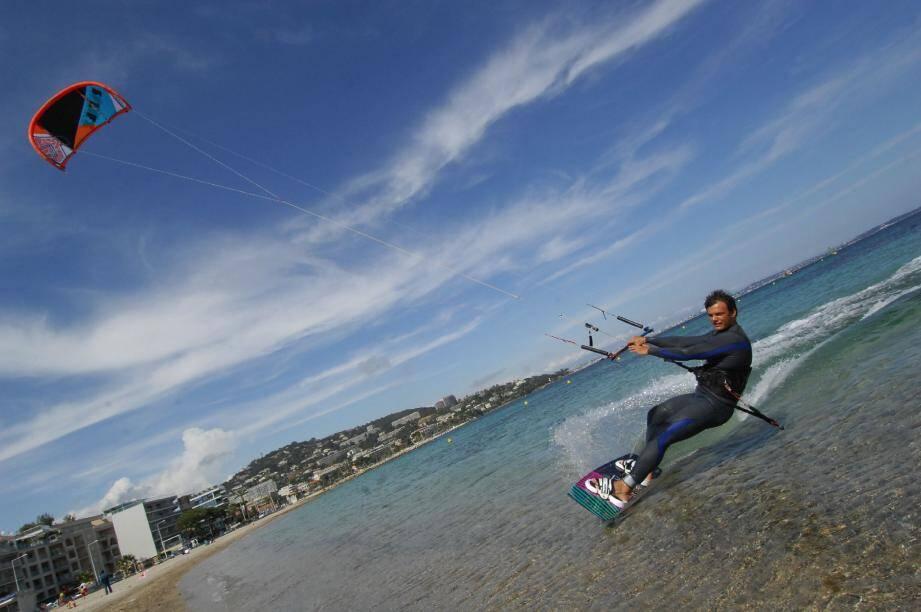 Les jours de vent au Palm Beach, spectacle garanti sur le meilleur spot de kite des Alpes-Maritimes. Pratiquants confirmés et champions s'y retrouvent désormais.