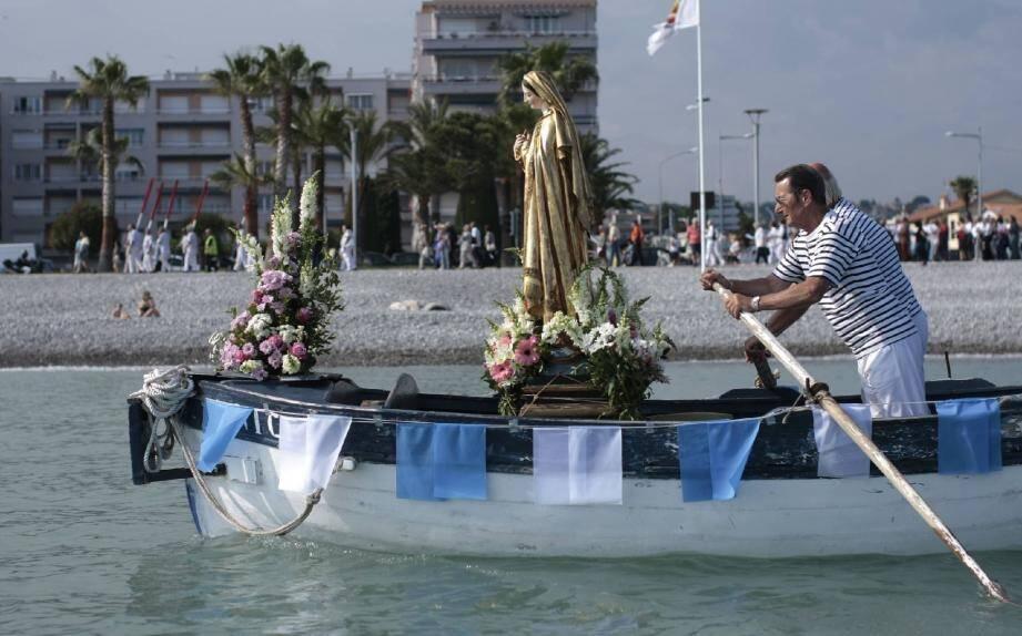Pendant que les rameurs du San Peïre font avancer Marie à bord du « Philippe », la procession, conduite par le père Astre, longe le bord de mer. Tout le monde se retrouve devant l'église Saint-Pierre.