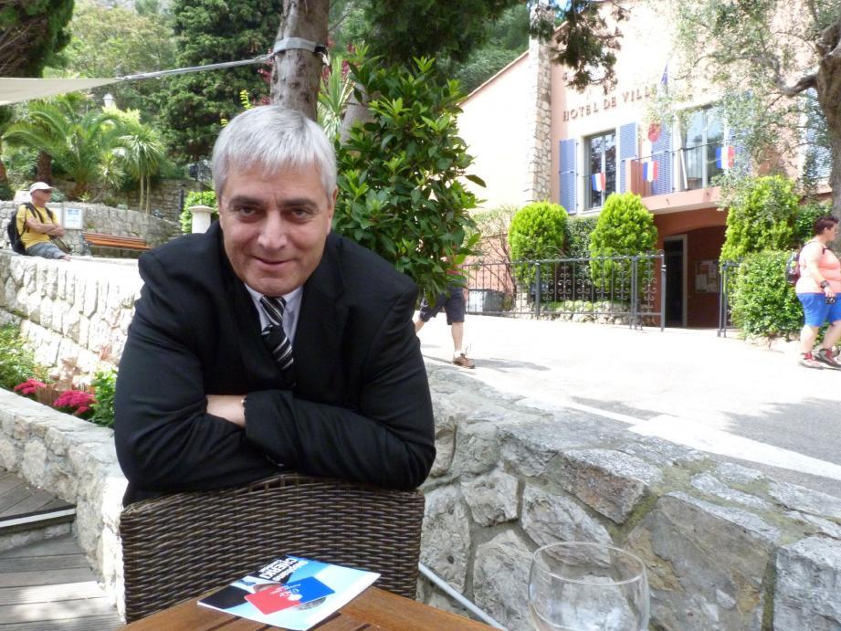 Mercredi encore, Stéphane Cherki posait fièrement avec sa carte d'adhérent UMP. Hier, il a été exclu « provisoirement » du parti.