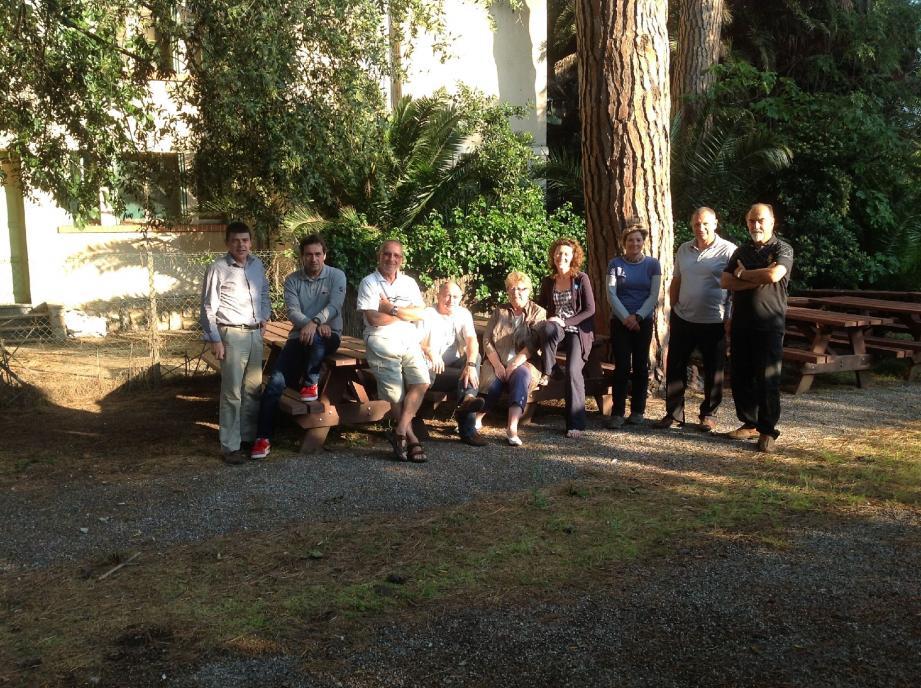 Dans ce petit jardin où les membres du CIl sont réunis, les associations organisent de nombreuses rencontres.