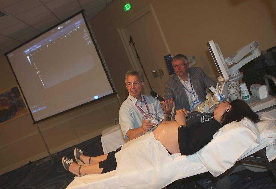 Une échographie réalisée devant une salle de conférence et commentée en direct. Le «Gyn» met l'accent sur l'interactivité et la communication entre les spécialistes.