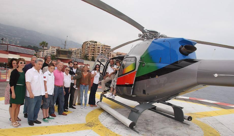 Membres de l'association et curieux avides de découvrir les sensations d'un vol devant l'un des hélicoptères.