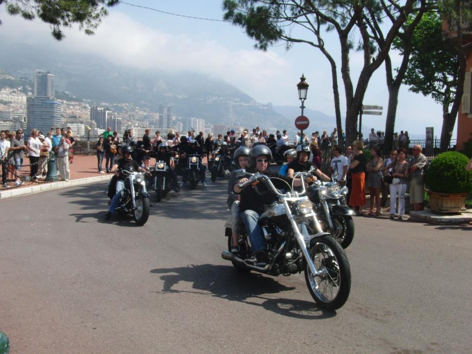 Les enfants, assis derrière des passionnés d'Harley, ont fait une entrée très remarquée place du Palais.