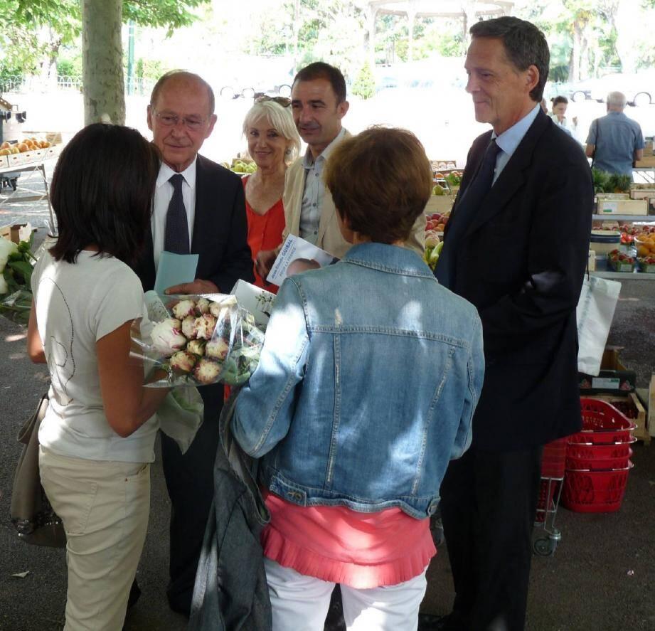 Du marché au clos bouliste, le député-maire de Menton milite aux côtés des élus locaux qui le soutiennent pour une victoire au 1er tour.