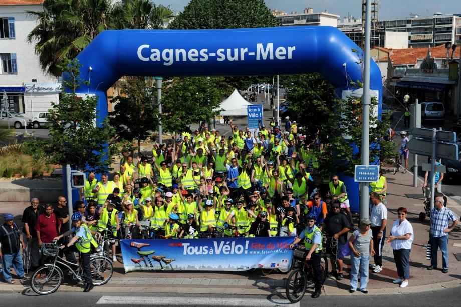 Partis du square Balloux près de Notre-Dame-de-la-Mer, les cyclistes, en chasuble fluo, ont fait une pause place De-Gaulle avant de finir leur boucle sur le bord de mer.(DR)