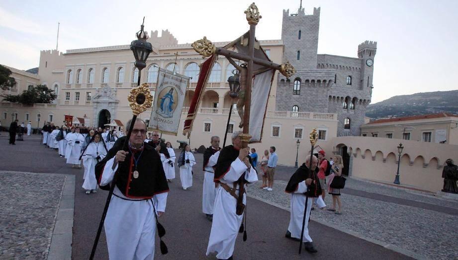 Une procession solennelle et festive.
