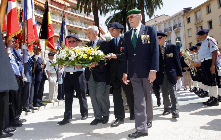 Les anciens combattants d'Indochine ont déposé une gerbe sur la place des Victoires.