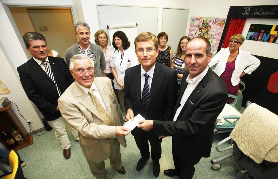 Remise du chèque au directeur de l'hôpital, Jean-Christophe Rousseau, au profit du Café des aidants, de la part de Jean-Pierre Cranem et Philippe Marquie, respectivement présidents du Lions club St-Hermentaire et Doyen.