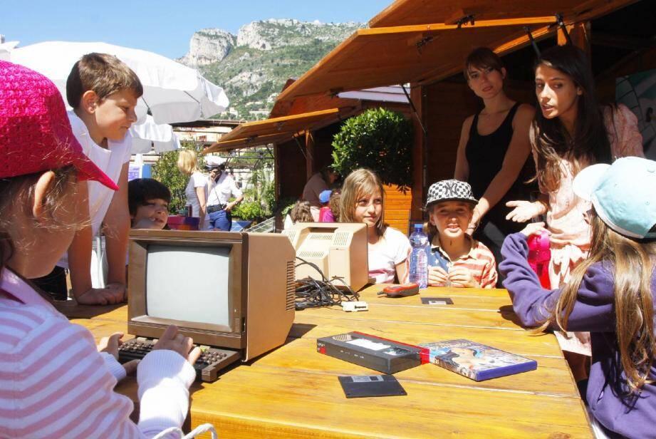 Les enfants à la découverte d'ateliers concrets sont confrontés à des expériences pour saisir l'importance de prendre soin de son environnement.