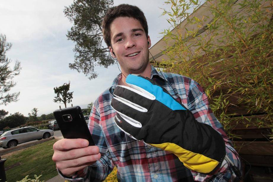 Jules Thuillier, inventeur connecté, arborant son gant bluetooth.