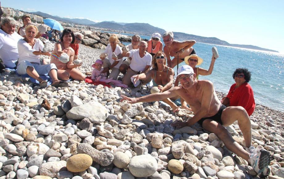 Les baigneurs de la plage de Carras aimeraient profiter d'une grève bien nivelée et débarrassée des énormes cailloux qui cohabitent avec des restes indésirables.