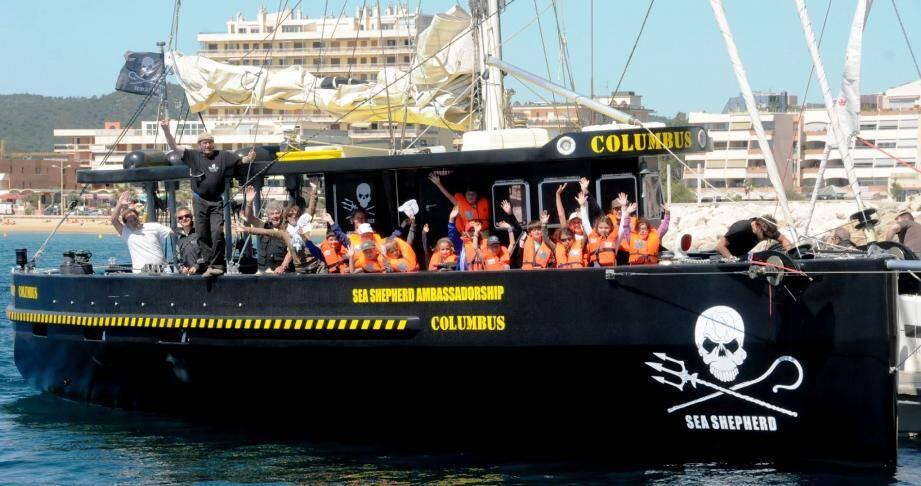 Les petits pirates de la Girelle en compagnie du célèbre navigateur Jesn-Yves Terlain (debout à gauche)