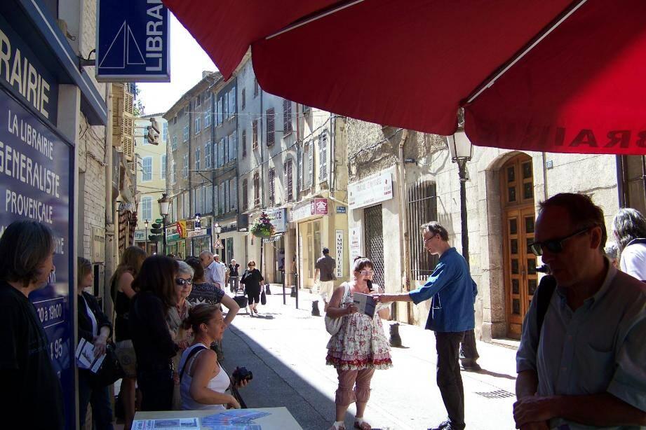 Le Bateau blanc avait invité Éric Blanco des éditions Plaine page pour présenter Art Matin, la revue des auteurs et poètes.
