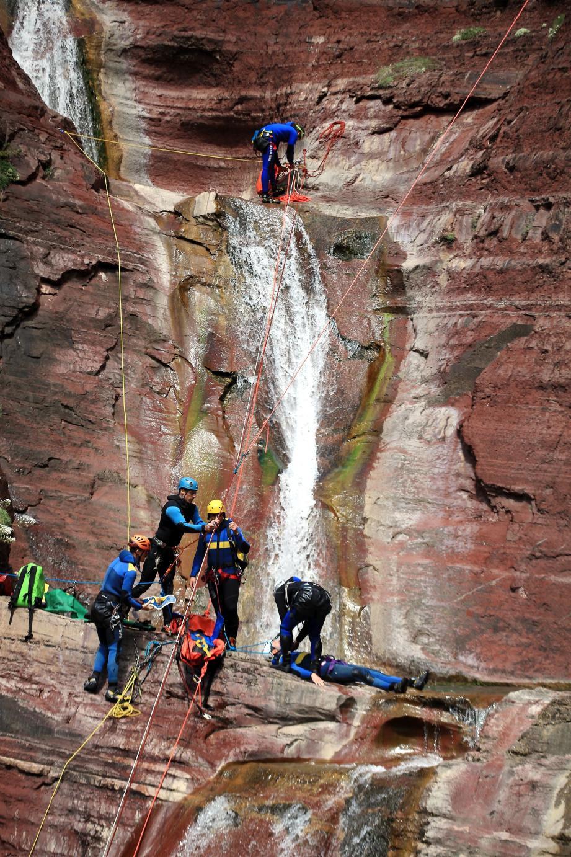 Dans le canyon de Challandre (vallée du Cians), les apprentis-secouristes se prêtent à un exercice d'évacuation grandeur nature.