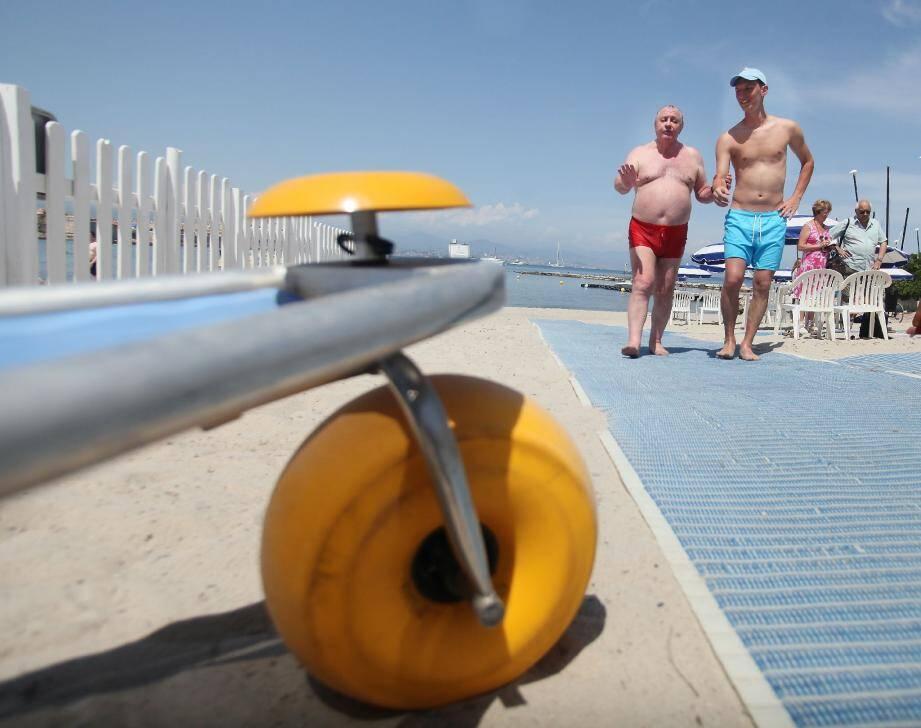 Deux tiralos sont disponibles afin que les visiteurs souffrant de handicap profitent en toute sécurité des joies de la baignade en mer.