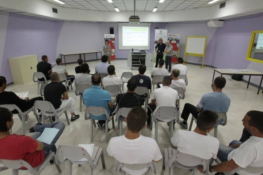 Christine Dagonet, la responsable du Crepi (Club régional d'entreprises partenaires de l'insertion) Côte d'Azur a présenté, pendant deux heures, l'ensemble des métiers du bâtiment de la société Eiffage construction à une vingtaine de détenus de la maison d'arrêt.