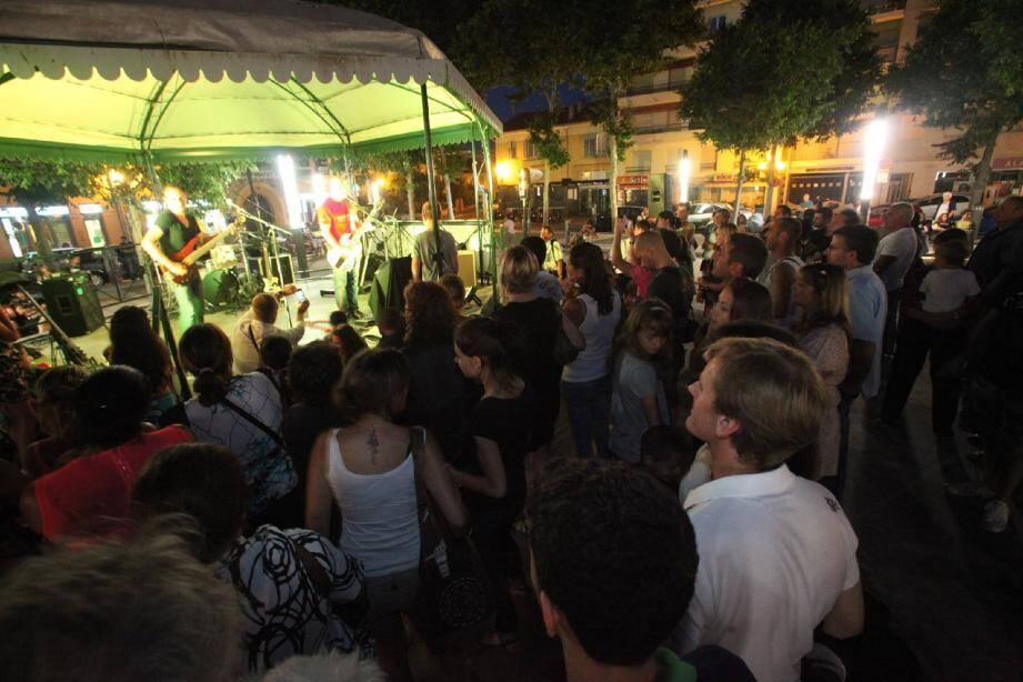 Le groupe Urzod a fait vibrer le kiosque de la place De Gaulle, avec du rock, du blues et de la pop.
