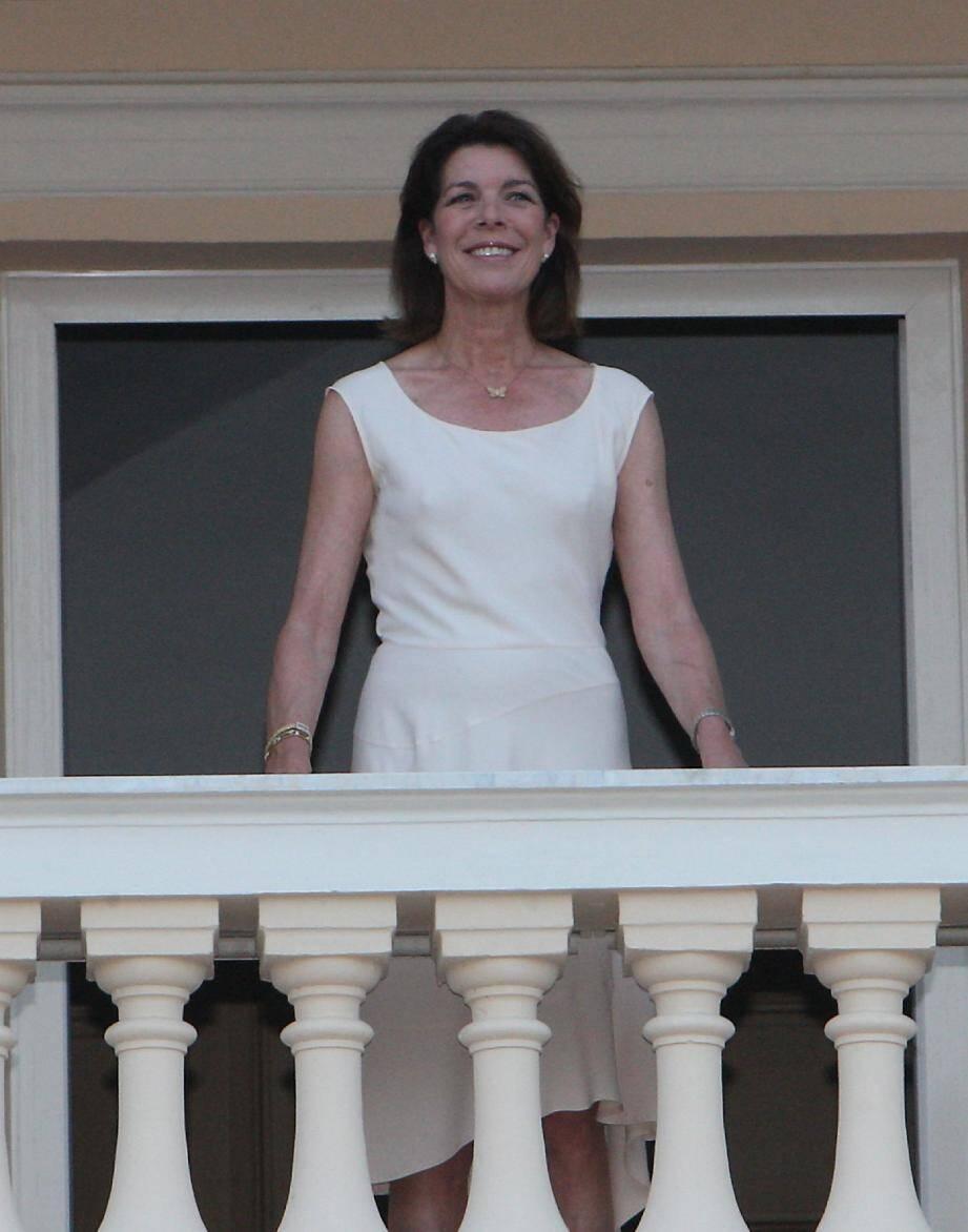 La princesse Caroline a admiré, du premier étage du balcon du palais, le spectacle offert par les danses folkloriques autour du feu de joie.
