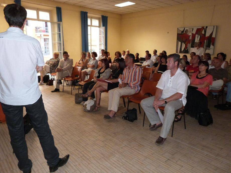 Dans la petite salle des Augustins, les membres de la FEG et quelques institutionnels ont fait le point sur la situation des commerçants grassois.