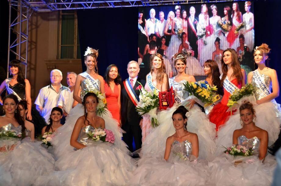 Elles sont entrées dans la lumière samedi soir : Charlotte Mint, Miss Beausoleil 2012 ; sa première dauphine Alexandra Vella ; et la seconde dauphine Élise Geoffray. On notait la présence de Miss France.