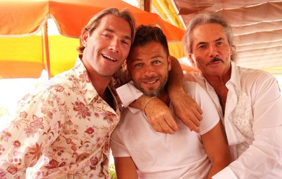 Entre deux morceaux à écrire, Christophe Maé était en mode détente, hier, sur la plage de Pampelonne, où il a retrouvé ses amis Stéphane (à gauche) , le mari de Félicia Palmari, et Patrick Palmari (à droite) à l'établissement « Tahiti ».