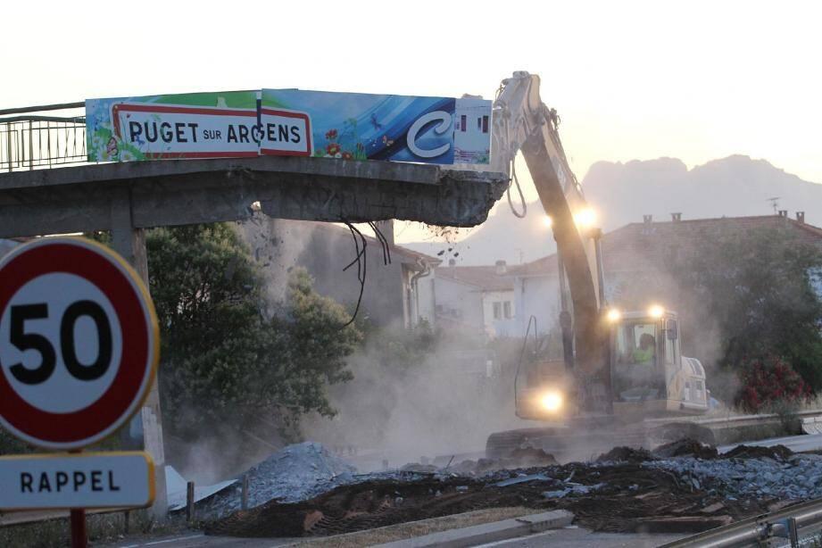 Une démolition nécessaire, et qui s'est déroulée suivant le plan prévu, avant les futurs travaux prévus de franchissement de la RDN7. L'intervention, longue, a évidemment nécessité la fermeture de l'axe à la circulation.