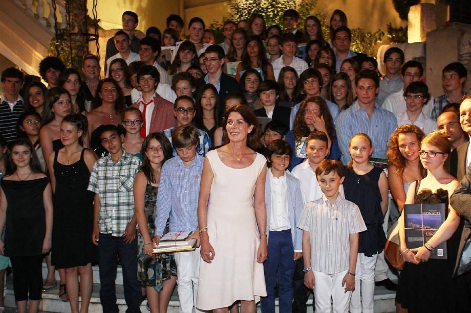 Autour de la princesse Caroline, les meilleurs élèves de langue monégasque ont été récompensés dans la cour d'honneur de la mairie.