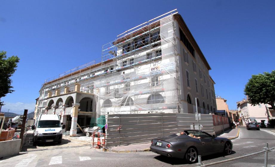 L'essentiel des travaux se déroule désormais à l'intérieur de ce vaste bâtiment.
