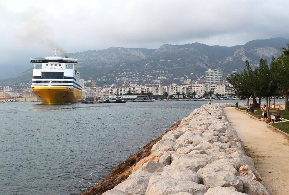 L'exécutif et l'Office des transports de Corse proposeront d'englober le port de Toulon dans la future délégation de service public. La SNCM en tirerait les bénéfices, la Corsica Ferries en pâtirait.