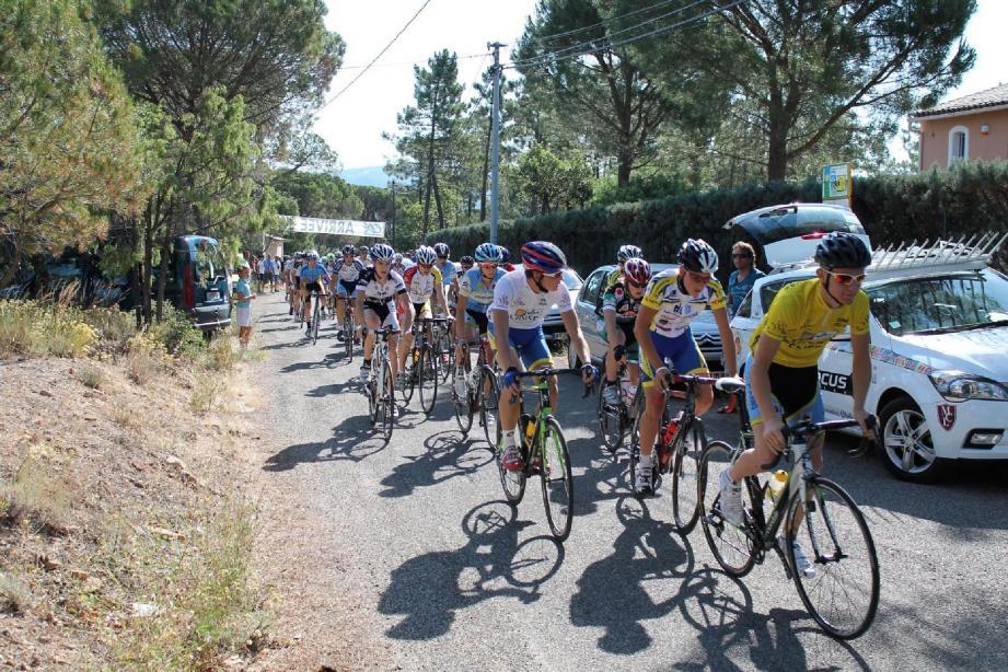 Julien Fenice (2e à gauche maillot blanc ) était déjà en tête de la course dès le départ de cette 4e étape.