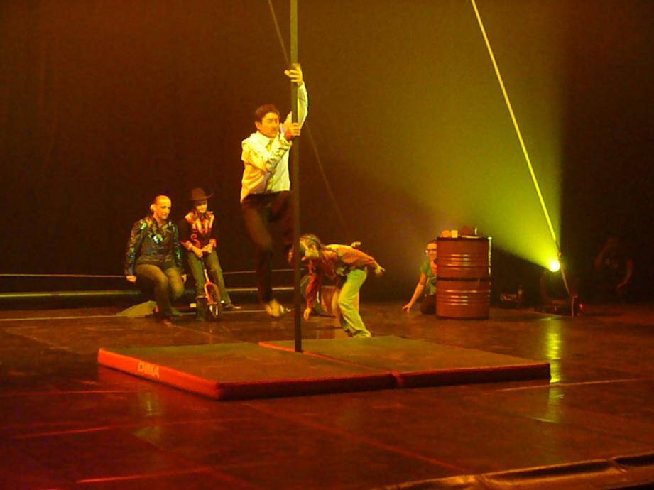 Habileté, élégance et poésie. Avec les Pitreries, le cirque confirme son art. En bas à gauche, Nathalie Reynier et Faustine.