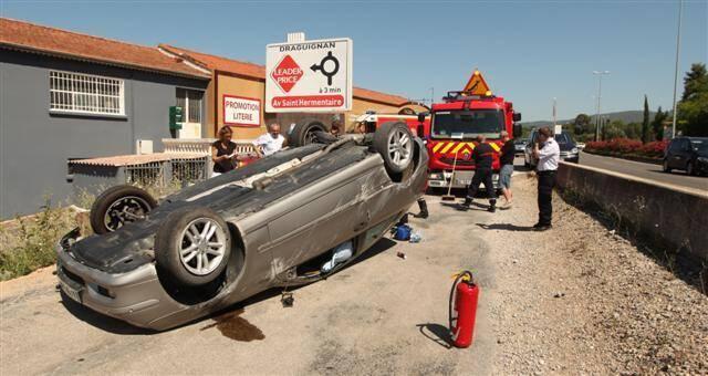 La voiture a effectuée un tonneau en contrebas de la route, juste devant la magasin Meubles Romane, avenue De-Gaulle.