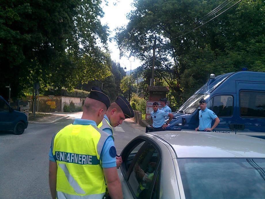 Les gendarmes laissent désormais rentrer les habitants à Collobrières mais seulement les habitants après l'assassinat de deux gendarmes dans la nuit de dimanche à lundi