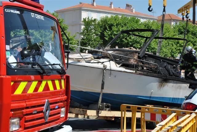 Le bateau – ou plutôt l'épave – est reparti comme il est venu au port, sur la remorque de ses propriétaires.