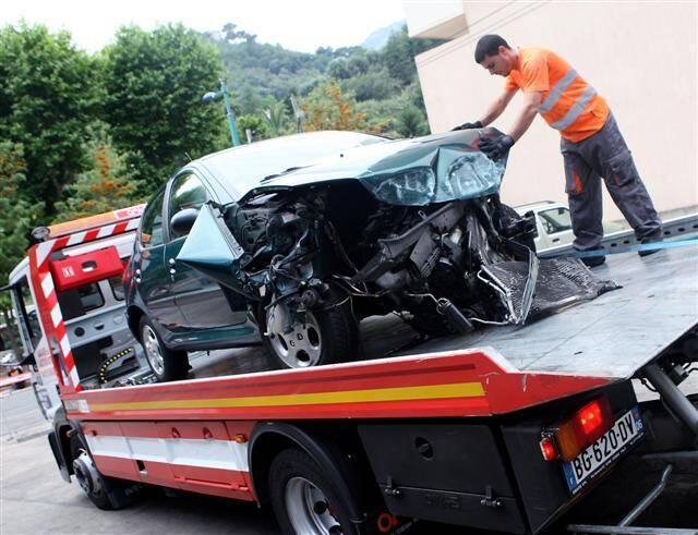 L'accident a été violent, comme le démontre cette photo, mais seule la passagère a été légèrement blessée.