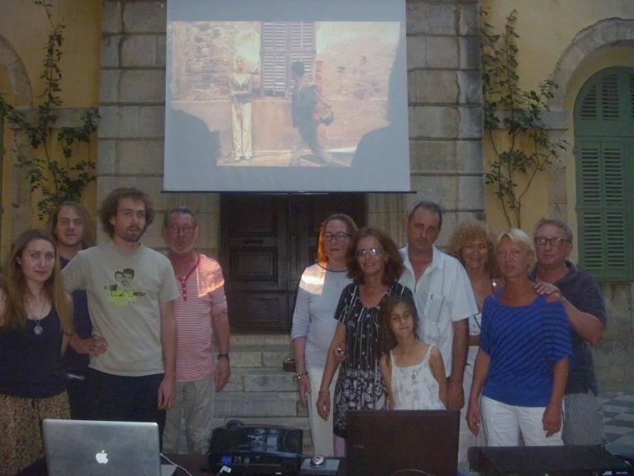 Auprès de Judith Violet (deuxième à partir de la droite), présidente de l'association Azur Film Project, une partie des encadrants et des élèves de l'atelier workshop cinéma qui ont présenté leurs court-métrages, samedi dernier.