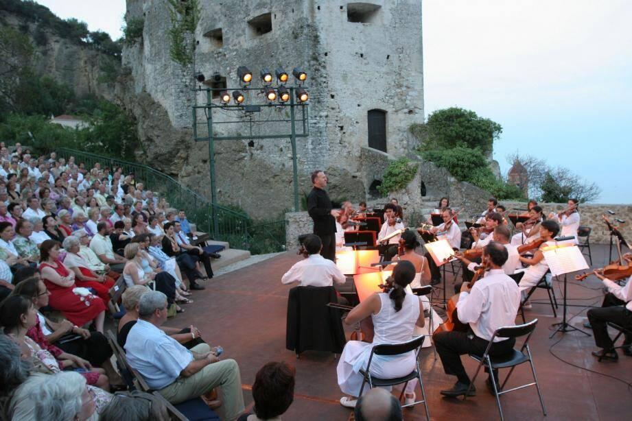 Le parvis du Château offrira, ce soir, un spectacle consacré à Mozart, interprété par une troupe de talents de la région.(Archive N.-M.)