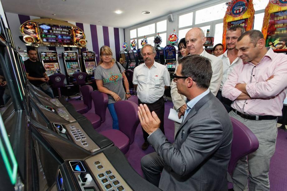 Dylan Peyras, le directeur du casino, montre aux élus seynois les machines à sous dernier cri acquises spécialement pour cet établissement. Elles fonctionnent à partir d'une mise d'un centime d'euro.