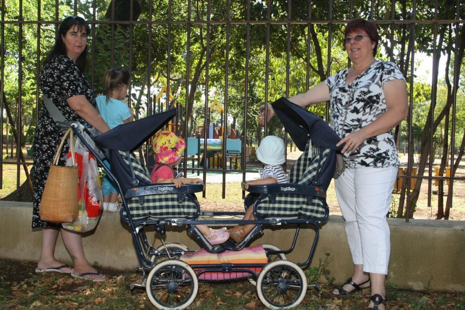 Françoise Volpi, assistante maternelle (à droite) et Karine Caraux, mère de famille, déplorent la fermeture du parc Gérard-Capifali et l'interdiction d'accès à l'aire de jeux, du 1er au 18 juillet.