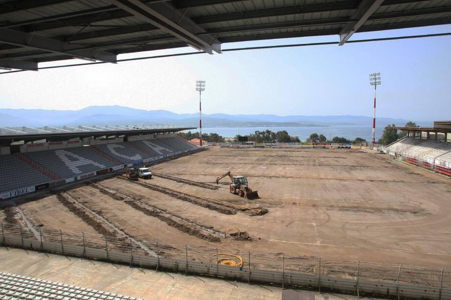 Le stade François Coty change de visage progressivement avec notamment la pose d'une nouvelle pelouse naturelle qui devrait être effective pour le 20 juillet.