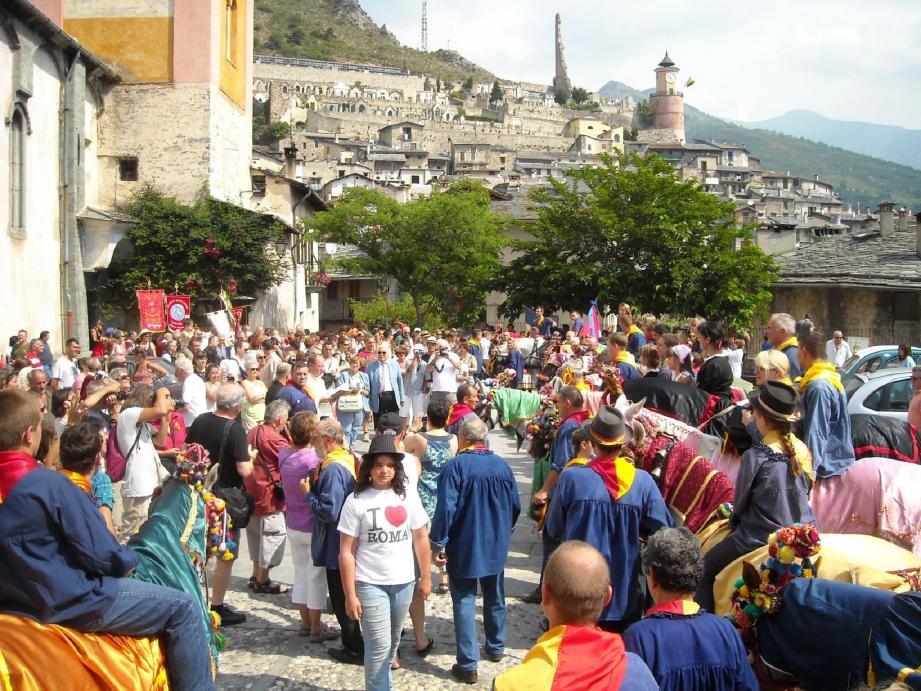 Sur le parvis de la collégiale, avant la grand messe, bénédiction des muletiers, de leurs familles et mulets.