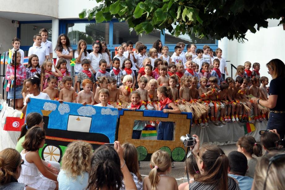 Le train du Rataou emmène les enfants pour un tour du monde en danses et chansons.