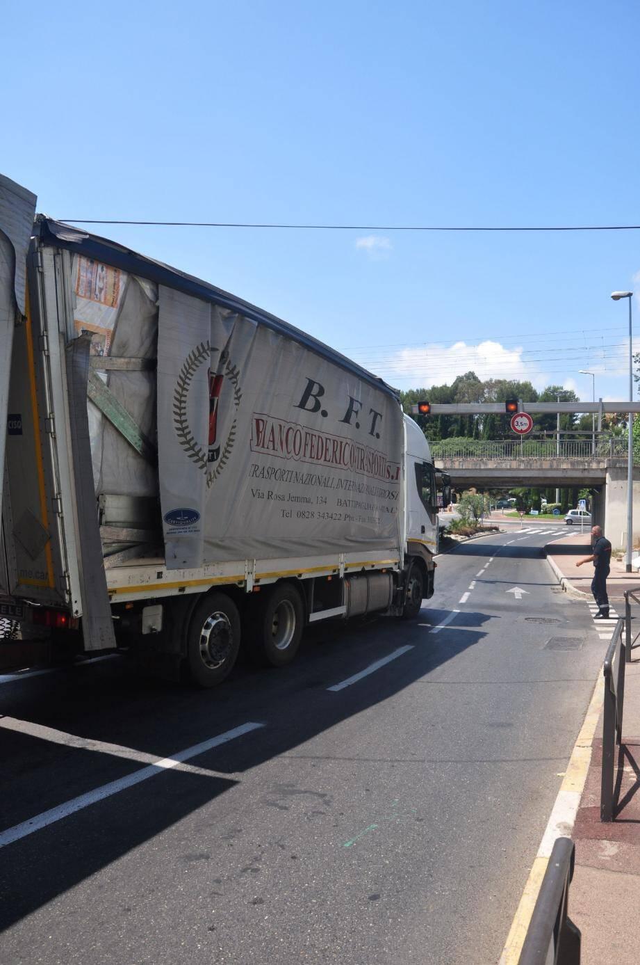 Malgré le panneau de signalisation, le conducteur italien a tenté de passer sous le pont de l'avenue Aristide-Briand.