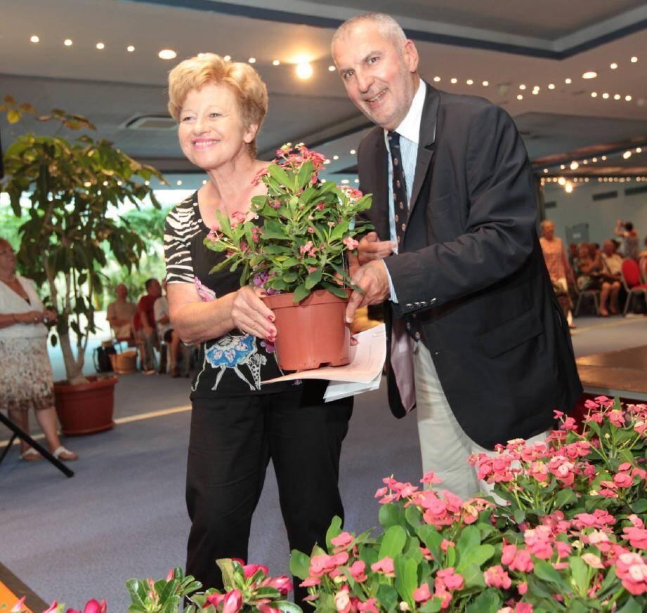 Chaque lauréat a reçu un diplôme et une plante fleurie.