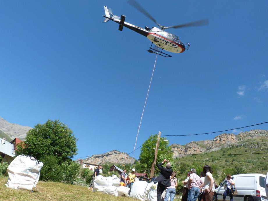 Au départ du hameau de Roya, à Saint-Étienne-de-Tinée, l'hélico emporte les conteneurs souples, chargés de 850 kg maximum de vivres et de matériel, vers les alpages d'altitude.