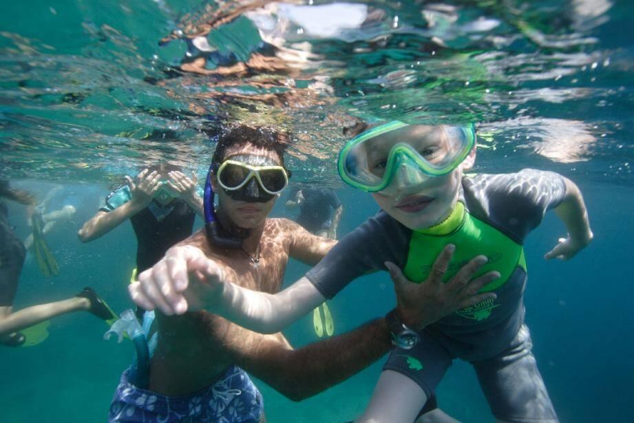 À l'École bleue, les enfants apprennent à être à l'aise sous l'eau. Y compris pour prendre la pose !(DR)