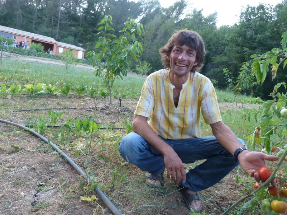 Cette opération permet à Arnaud Valentin, agriculteur de 40 ans, de travailler sur sa propre exploitation. Il y cultive essentiellement des fruits et légumes labellisés bio, qu'il vend en Amap.