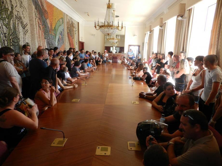 Mercredi une centaine de socioprofessionnels du tourisme s'est mobilisée pour s'insurger contre les mesures réglementant les nuisances sonores. Une délégation a été reçue hier par les élus et le sous-préfet de Sartène, venu en médiateur.