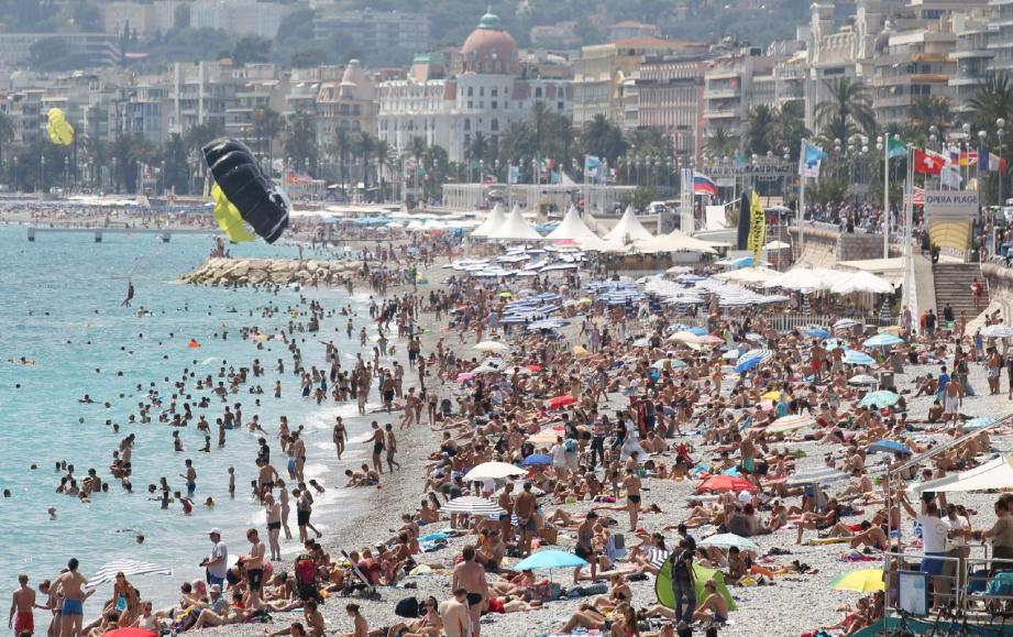Hier, déjà la grande foule sur la plage à Nice, alors même que la grande vague des vacanciers n'a pas encore déferlé...